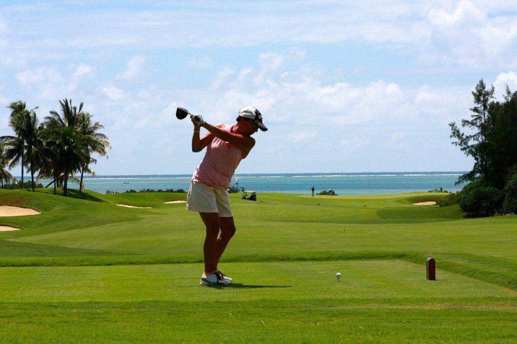 personne faisant du golf lors d'un séjour à l'île Maurice