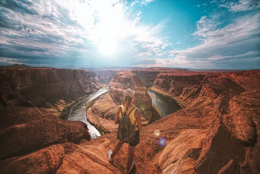 femme en haut d'un canyon
