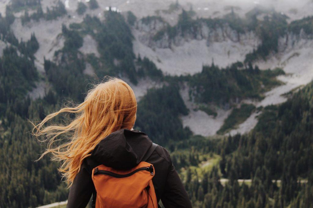 femme rousse dans la montagne